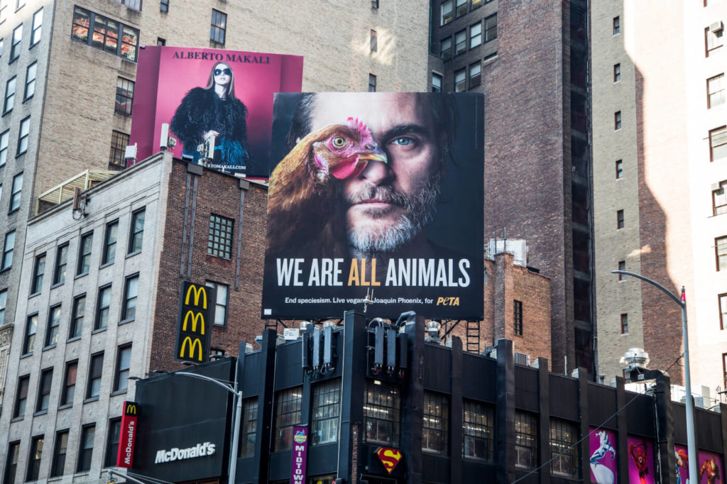 Хоакин Феникс назван человеком года по версии PETA